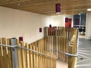 Photo de l'escalier du nouveau restaurant scolaire de l'ANSM Saint-Denis, réhabilité avec Korell pour les missions d'OPC