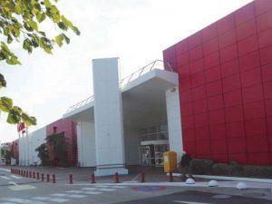 Photo d'une façade Casino après déploiement de leur nouvelle couleur, rouge. Projet pour lequel Korell a été économiste de la construction