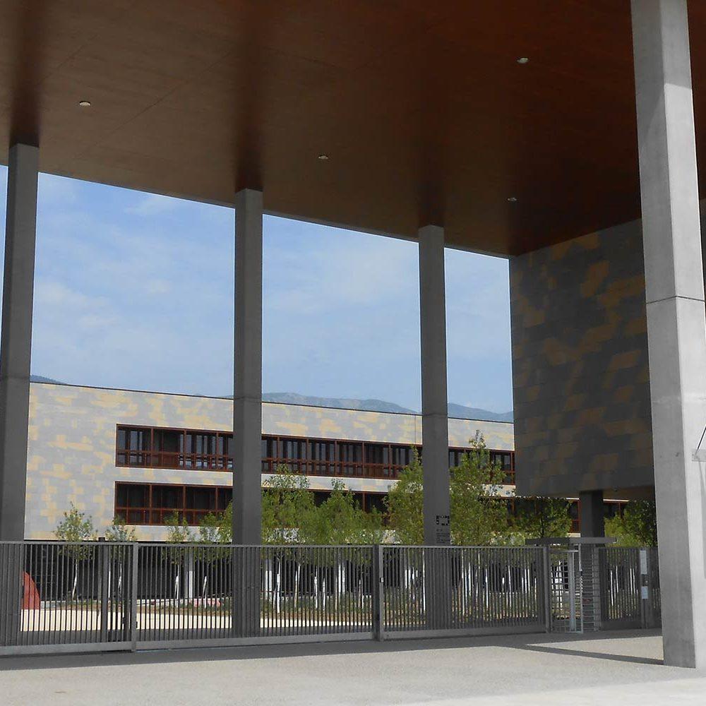 Photo de la façade du lycée international Ferney Voltaire, construit à Saint Genis Pouilly avec Korell aux manettes de l'économie de la construction