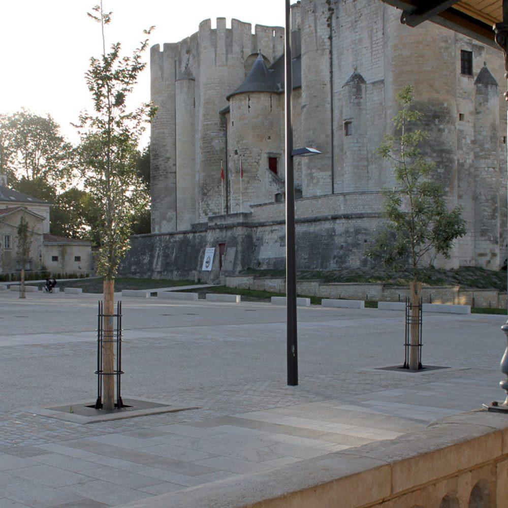 Photo de la nouvelle place du Donjon de Niort, réhabilitée. Korell pour l'économie de la construction, les VRD et l'OPC